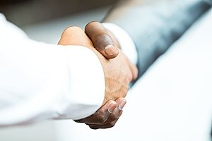 two business owners shaking hands as a result of a good B2B marketing plan where one business was able to discover the other for the services they offer
